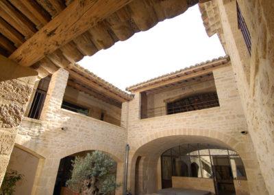 Vue sur une façade en pierres rénovée